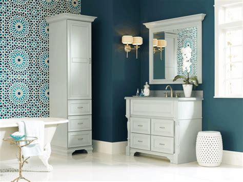 Charmant Mosaique Marocaine Salle De Bain #7: couleur-salle-bains-bleu-fonc%C3%A9-mosaique-murale-orientale-baignoire-blanche-meuble-vasque-blanc.jpg