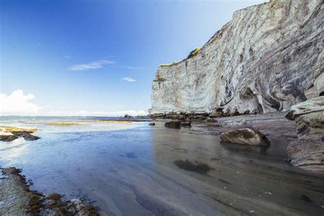 menatap kesunyian tebing pantai  watu parunu situs