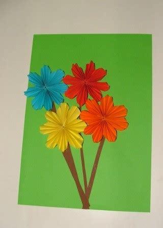 Blume Falten Kindergarten by Eine Blume Aus Papier Falten Und Kleben