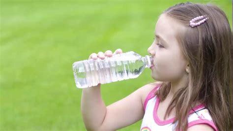 imagenes de jirafas tomando agua 191 cu 225 nta agua deben tomar los ni 241 os youtube