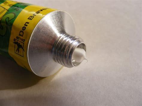 togliere silicone piastrelle come togliere il silicone da pavimento vetro e piastrelle