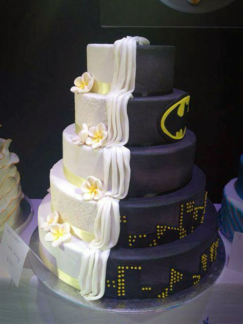 Hochzeitstorte Batman by Split Cake Design Is Half Batman Themed Half Ordinary