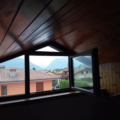 tende per finestre oblique veneziane o tende plissettate per finestre oblique