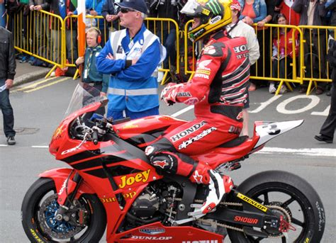 john mcguinness tt legend road racing legends ebook honda and john mcguinness pay tribute to joey dunlop