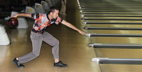 how to bowl late swing the timing spot the ideal bowling approach position