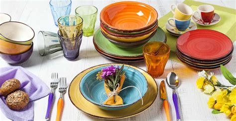 piatti e bicchieri di plastica colorati dalani piatti colorati a tavola con brio