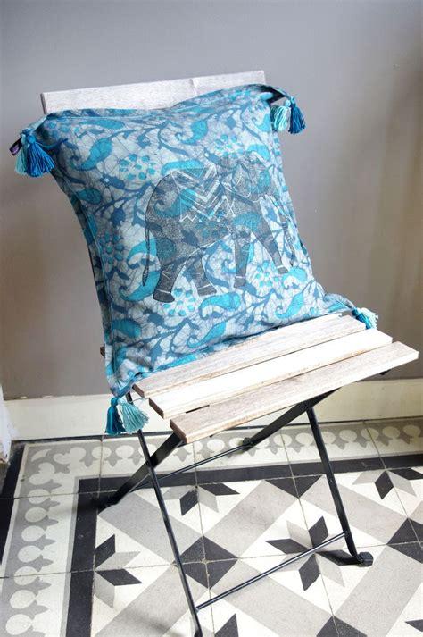 coussins turquoise 1000 ideas about coussin bleu on salon de