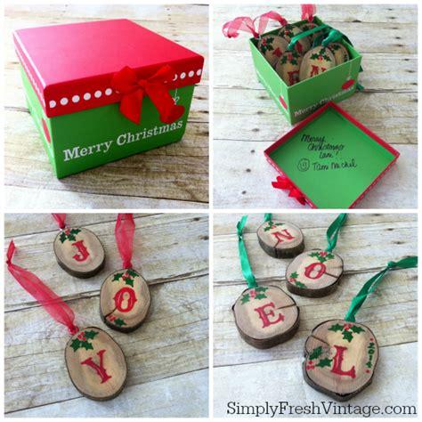 Handmade Secret Santa Gifts - noel tablerunner tutorial