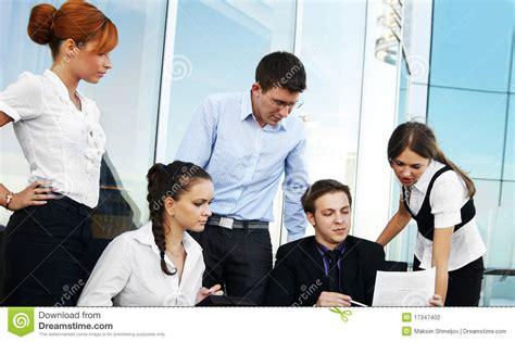 imagenes de varias personas trabajando las personas de cinco businesspersons est 225 n trabajando