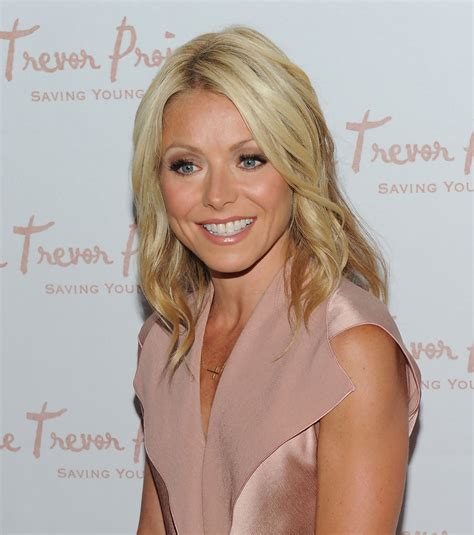 how do they curl kelly rippas hair kelly ripa medium curls shoulder length hairstyles