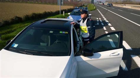 oggetti volanti oggetti volanti in autostrada due incidenti danni per