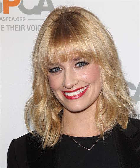 beth behrs hairstyle wavy medium beth behrs medium wavy casual hairstyle light blonde honey