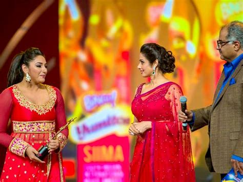 photos ragini dwivedi suffers wardrobe malfunction