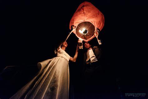 lanterne volanti torino ritratto sposi con lanterne volanti al carmagnola