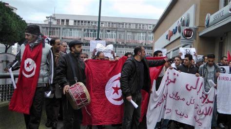 consolato italiano a tunisi foto tunisini manifestano davanti al consolato 1 di 12