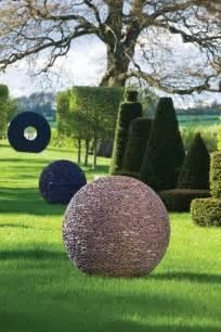 sculpture moderne pour donner un souffle de vie au jardin