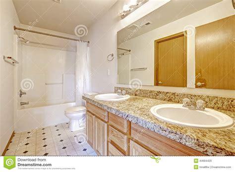 bagno con due lavandini gabinetto di bagno con la cima granito due lavandini