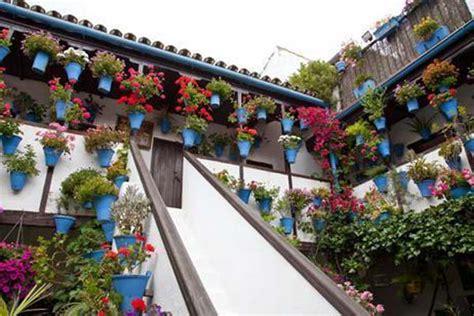 azulejos patio andaluz c 243 mo decorar patios andaluces jardines y paisajismo