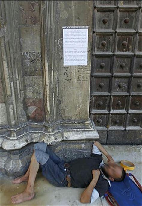 cortile caf bologna napoli chiusa la basilica di santa chiara i frati troppi
