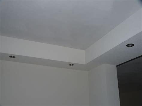 koof in woonkamer koof aan de beide zijkanten met spotjes erin balken