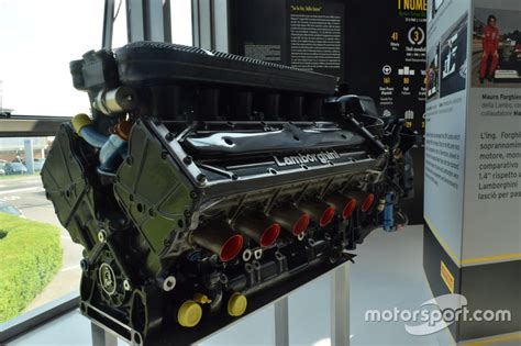Lamborghini 12 Zylinder by Lamborghini Motor Le3512 Mit 12 Zylindern Bei Ausstellung
