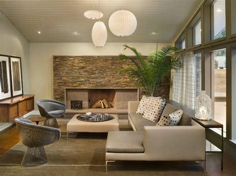 living modern cu perete placat cu piatra si lustre albe