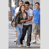 Selena Gomez And Taylor Lautner Kissing   400 x 623 jpeg 178kB