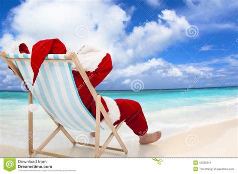 imagenes de santa claus en la playa santa claus que se sienta en sillas de playa concepto del
