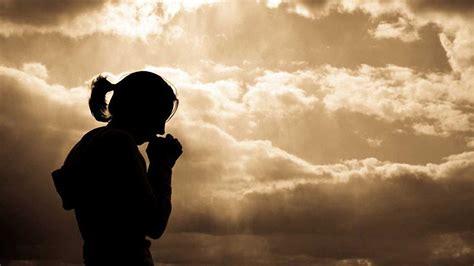 imagenes de mujeres orando de rodillas orando mujer con jesus imagenes dios tiene el poder de