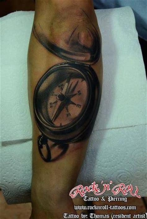tattoo compass znaczenie tatuaż ręka realistyczny kompas 3d przez rock n roll tattoo