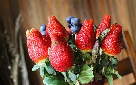 foto con i fiori la primavera a tavola e il cibo a forma di fiore la top 10