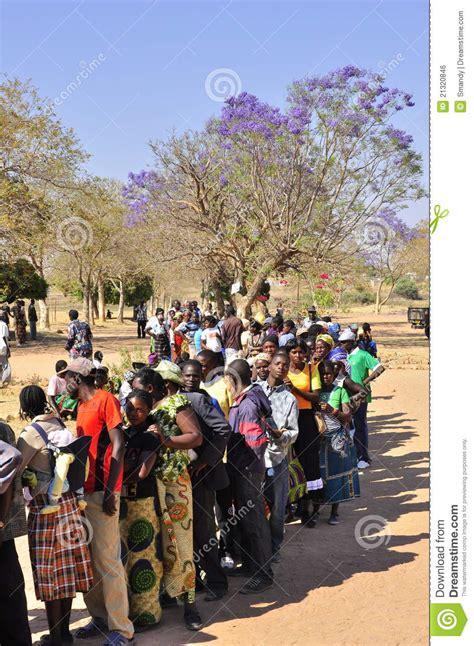 voto alla la gente che fa la coda al voto alla stazione di votazione