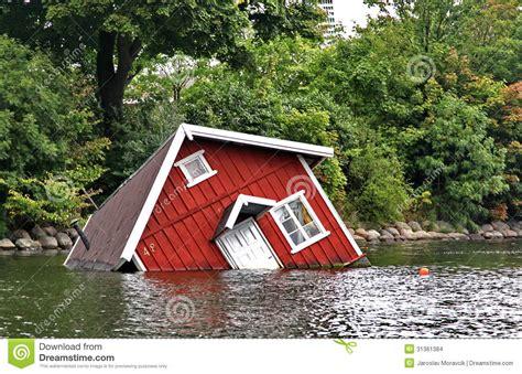 wasser entkalken haus rotes haus unter wasser in malm 246 stockbilder bild 31361384