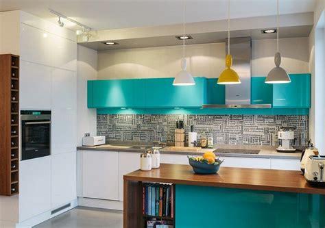 Ordinaire Peinture Pour Meubles Cuisine #4: Couleur-cuisine-armoires-%C3%AElot-turquoise-cr%C3%A9dence-mosaique-grise-suspensions-jaune-gris.jpg