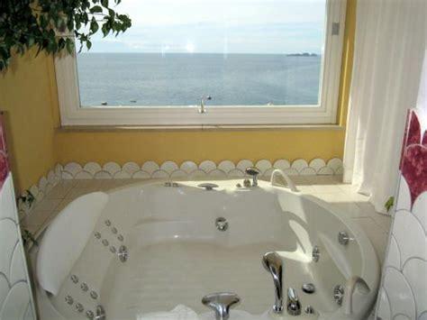 vasca idromassaggio grande la vasca idromassaggio grande al bagno con finestra vista