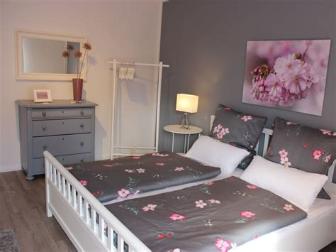 schlafzimmer grau rosa ferienhaus tante berta geltinger bucht herr ernst