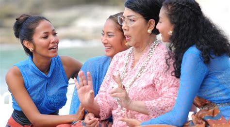 film lucu pedalaman ini kisah tiga dara di abad 21 yang kekinian showbiz