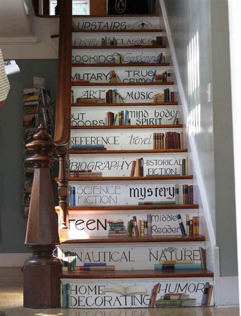 white house in a gray city books idee per scale decorate di grande effetto