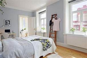 soft grey wall paint color and bamboo floor for nice