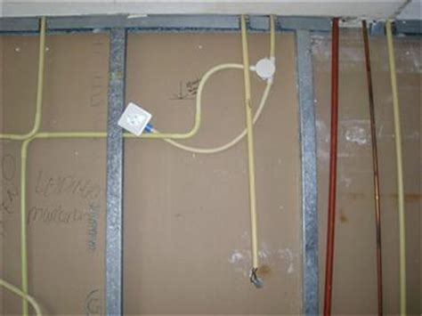 pluggen gipswand radiator aan een gipswand