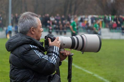 Tele Lensa file photographer with telephoto lens on football jpg