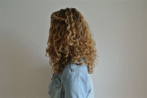 Hairstyles For Hats Curly Hair by How To Wear A Hat With Curly Hair Justcurly