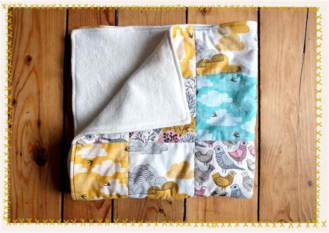 baby mit decke zudecken kuschelige patchwork babydecke lybstes