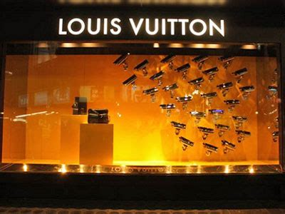 7 things that make a store window display irresistible to