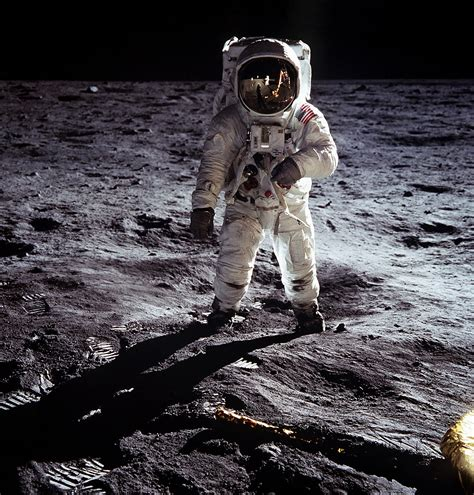 neil armstrong moon landing biography neil armstrong the first man to walk on the moon