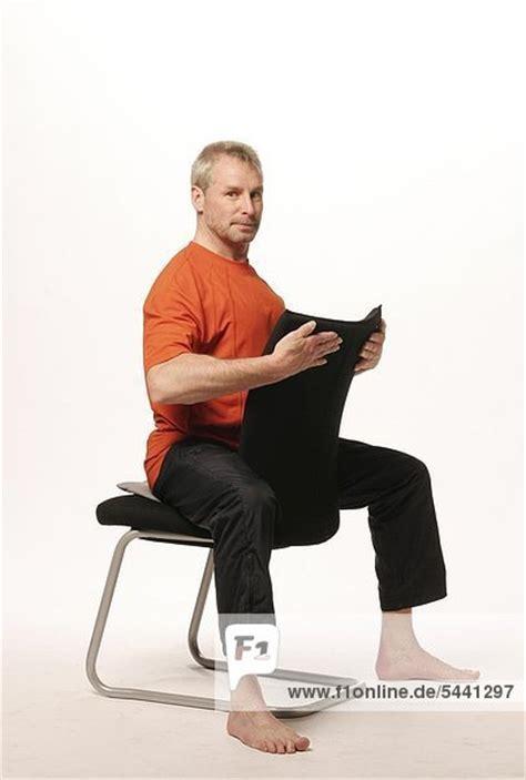 stuhl mit gesicht 228 lterer mann sitzt auf einem stuhl im reitersitz mit dem