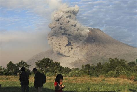 gambar gunung gunung sinabung jpg berita gunung meletus newhairstylesformen2014 com
