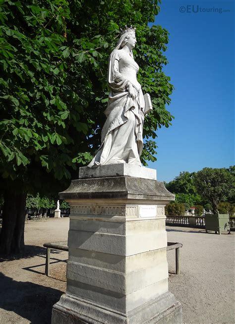 photos of de milan statue in jardin du