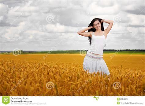 imagenes libres mujeres las mujeres lindas est 225 n recorriendo en co de trigo