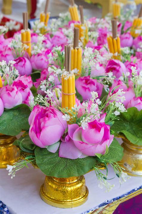 candele fiori fiori e candele fiori e pietre con candele sfocate